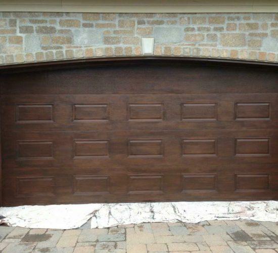 Faux finis sur porte d'entrée et de garage d'une résidence